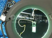レンズ付き照明を使って、慎重に半田付け修理